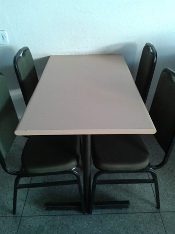 Mesas com 4 cadeiras