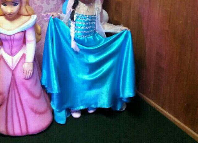 Vendo esse vestido da frozer com capa transparente tamnho 4 6 anos