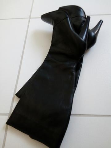 Vendo 02 botas por R$: 50,00 T: (35) forma pequena