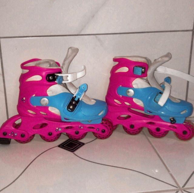 Patins rosa e azul com equipamentos - Foto 2