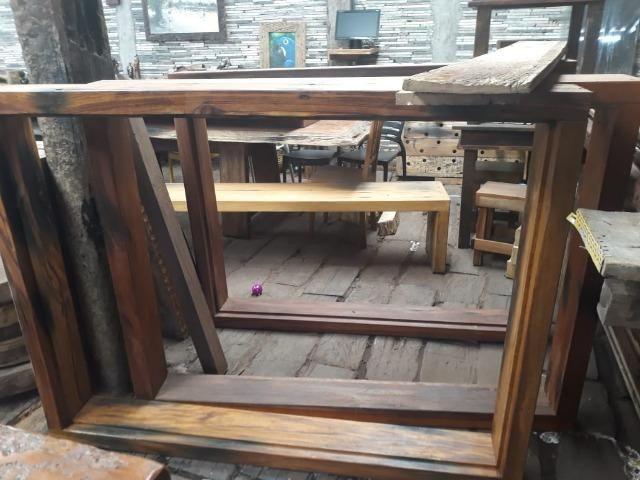 Marco de janela feito com dormente de madeira