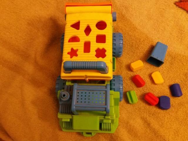 Caminhão multiformas e retroescavadeira