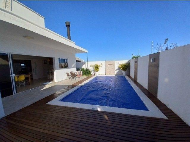 Casa com área de festas e piscina? Que tal esta?