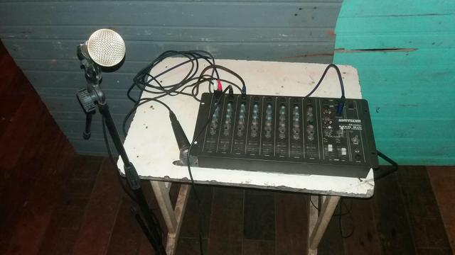 Mesa de som com microfones pedestal e cabos