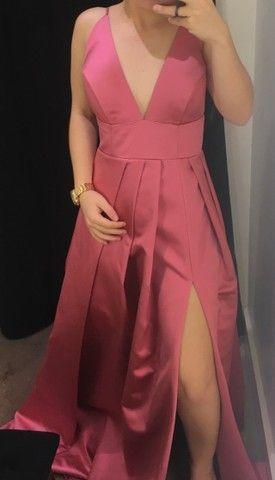Vestido de festa rosa com fenda - Foto 2
