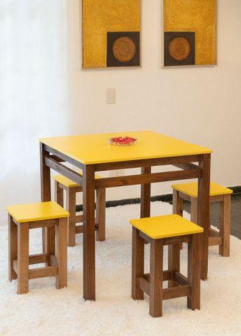 Jogo de mesa + 4 banquetas - Foto 3