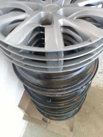 Rodas de ferros com calotas novas