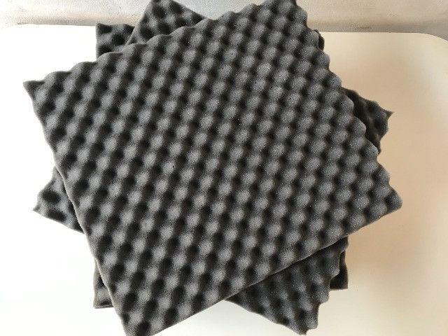 Para Isolamento acústico , temos placas de Espuma 50x 44 x 3,5cm
