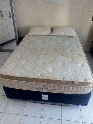 Cama box com colchão e dois travesseiros