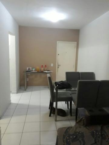 Vende se um apartamento no térreo com dois quartos sendo uma suite, banheiro social,