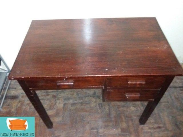 Escrivaninha em madeira com gavetas - Foto 2