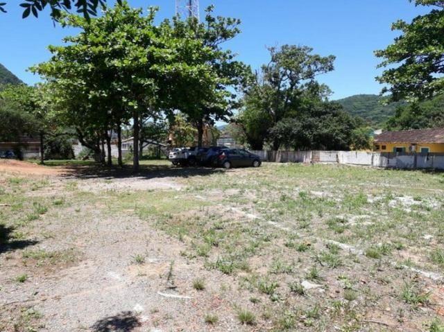 Terreno único na Praia da Armação, ótima localização, frente para a Avenida - Foto 4