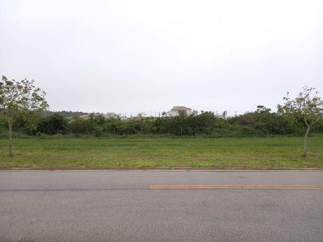 Terreno plano no Alphaville 2 com fundo para mata de preservação de 455m²