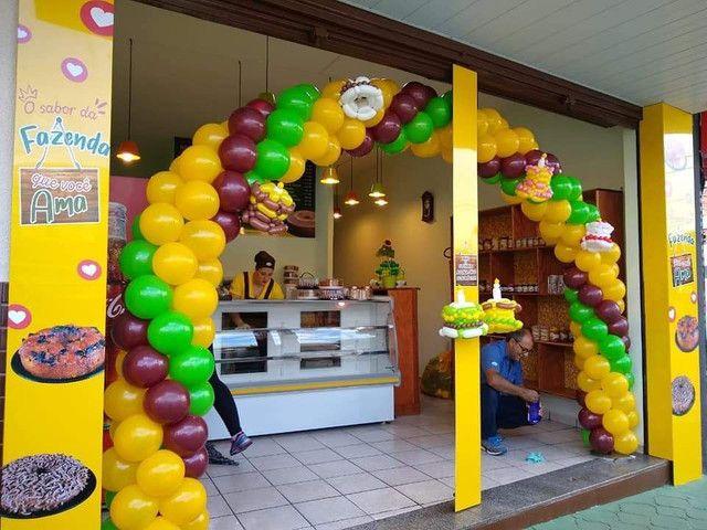 Arco de balões com esculturas temático