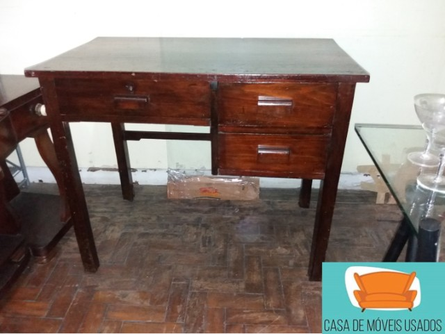 Escrivaninha em madeira com gavetas