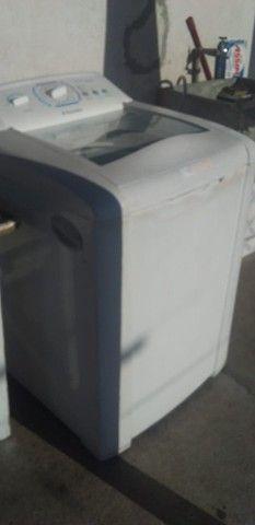 Máquina de lavar e cama casal