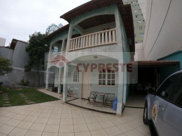 Duplex em Itaparica com 4 quartos com 2 suítes, 5 vagas de garagem.