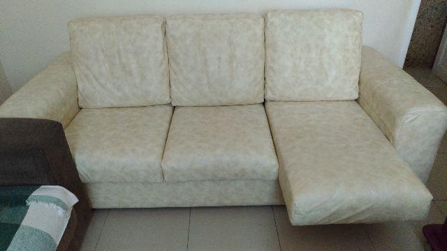 Sofá 3 lugares em corino bege claro, com assento articulado extensivo para descanso