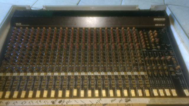 Mesa de som meckie 24 canais com case