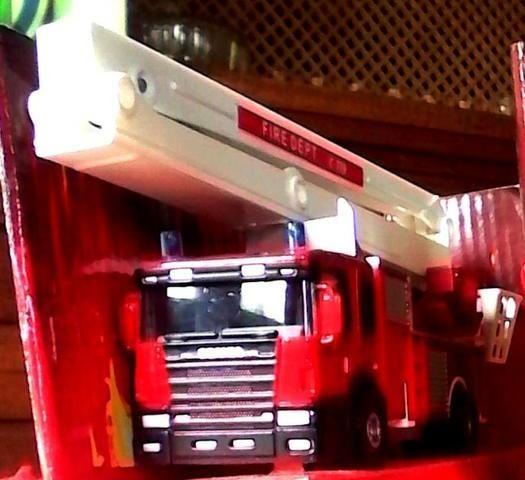 Caminhão scania bombeiro mede 15 cm em média