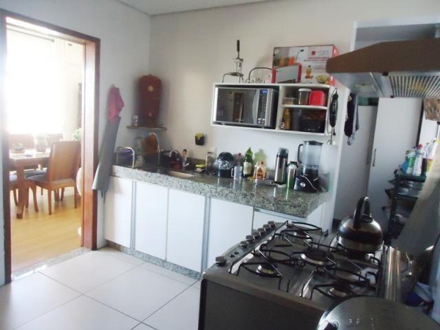 Excelente localização, apartamento todo reformado, 03 quartos sendo 02 com armários! - Foto 13