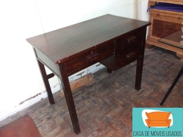 Escrivaninha em madeira com gavetas - Foto 3