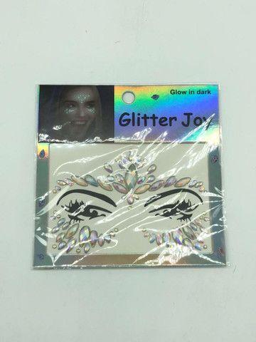 Adesivo de glitter para o rosto brilha no escuro