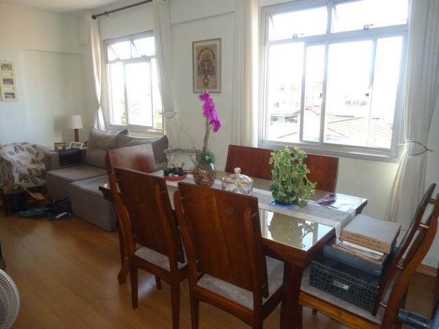 Excelente localização, apartamento todo reformado, 03 quartos sendo 02 com armários!