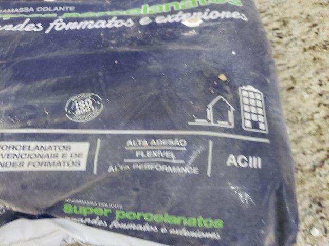 Um Saco e Meio de Argamassa Ac 3 Especial Super Porcelanato Interno Externo Cinza - Foto 3