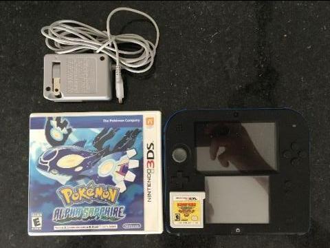 Nintendo 2DS acompanhado de dois jogos: Pokémon Alpha Sapphire e Donkey Kong