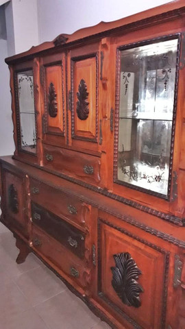 Cristaleira antiga de madeira maciça. - Foto 2