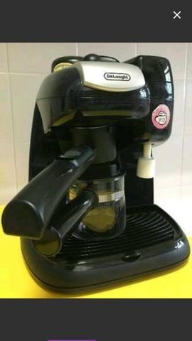 Vendo cafeteira para café expresso ,semi nova da marca Delonghi