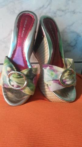 Sandália nova. Com tecido floral e fivela