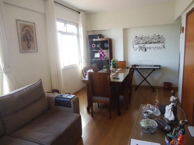 Excelente localização, apartamento todo reformado, 03 quartos sendo 02 com armários! - Foto 3