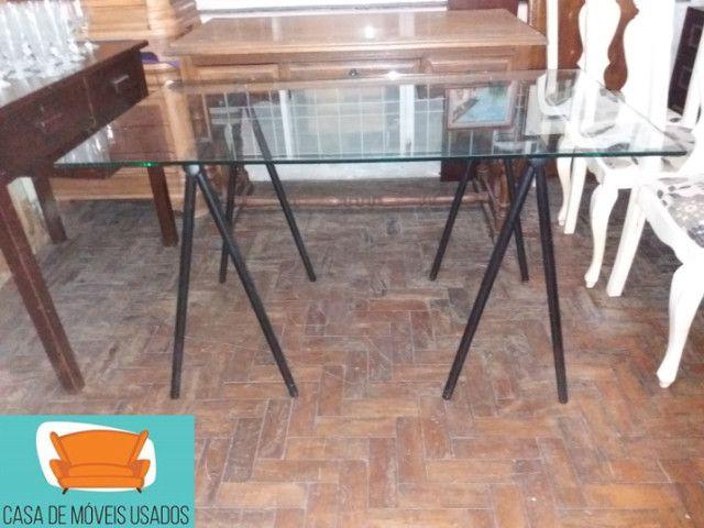 Escrivaninha de cavaletes com tampo de vidro - Foto 6