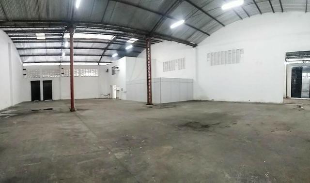GA0040 Galpão Comercial no Ancuri, 700m² construído, escritório, vaga de garagem - Foto 8