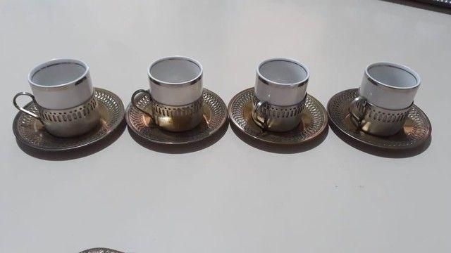 Vende-se Jogo de Xicaras de Café de Porcelana com base prataria antiga - Foto 3