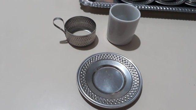 Vende-se Jogo de Xicaras de Café de Porcelana com base de inox - Foto 3