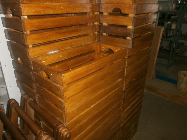 Engradados de madeiras - caixotes envernizados - medindo 58 x 30 x 30 - Foto 3