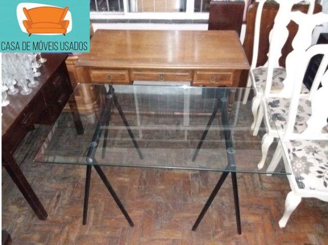 Escrivaninha de cavaletes com tampo de vidro - Foto 3