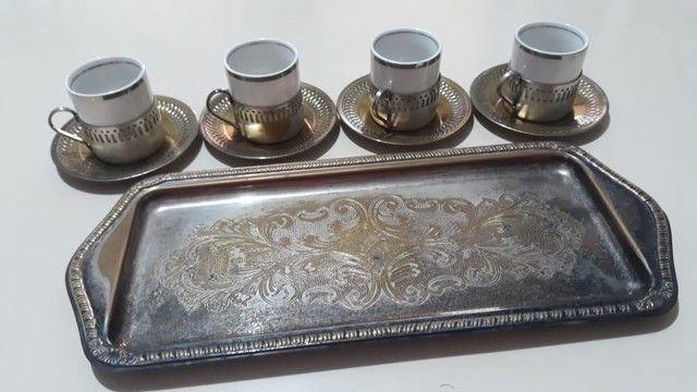 Vende-se Jogo de Xicaras de Café de Porcelana com base prataria antiga - Foto 2