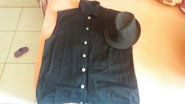 Colete jeans preto e chapéu preto