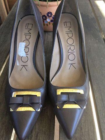 Sapato marrom escuro - Couro - com detalhe em dourado. Nunca usado - Foto 4