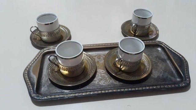Vende-se Jogo de Xicaras de Café de Porcelana com base prataria antiga