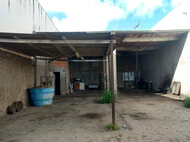 Alugo terreno com estrutura para oficina ou estacionamento de caminhões - Foto 4