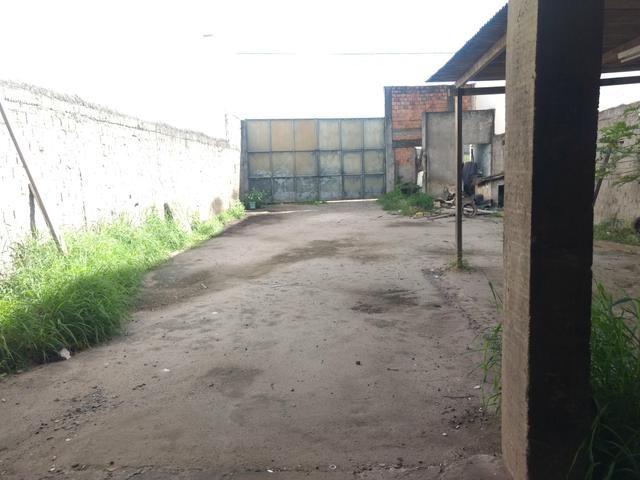 Alugo terreno com estrutura para oficina ou estacionamento de caminhões - Foto 2