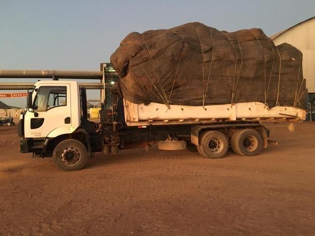 Vende-se Caminhão Ford Cargo 2628, Roll on com caçamba, 2011-2012
