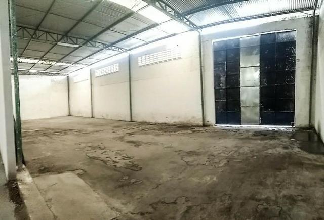 GA0040 Galpão Comercial no Ancuri, 700m² construído, escritório, vaga de garagem - Foto 9