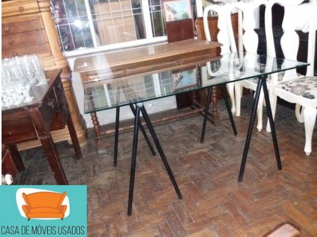 Escrivaninha de cavaletes com tampo de vidro - Foto 4