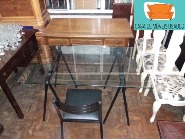 Escrivaninha de cavaletes com tampo de vidro